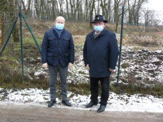 Bartłomiej Wróblewski i Robert Świerczyński spotkali się w sąsiedztwie Stadionu Miejskiego. W tle teren, na którym ma powstać strzelnica