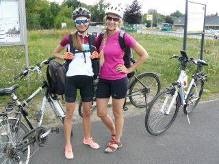 Panie Michalina i Kasia (z prawej), jak przystało na wytrawne cyklistki, na stacji roweru miejskiego przy Wzgórzu Papieskim, sprawdzały ciśnienie powietrza w oponach  fot. Paweł Wolniewicz
