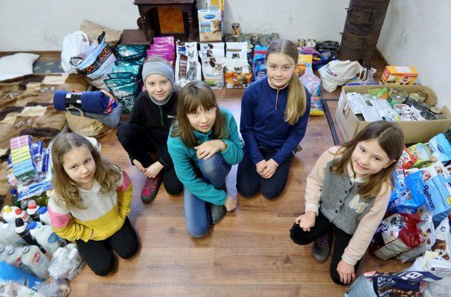 Porządkowanie darów przez najmłodszą ekipę Towarzystwa Miłośników Miasta Lubonia na forcie VIIa
