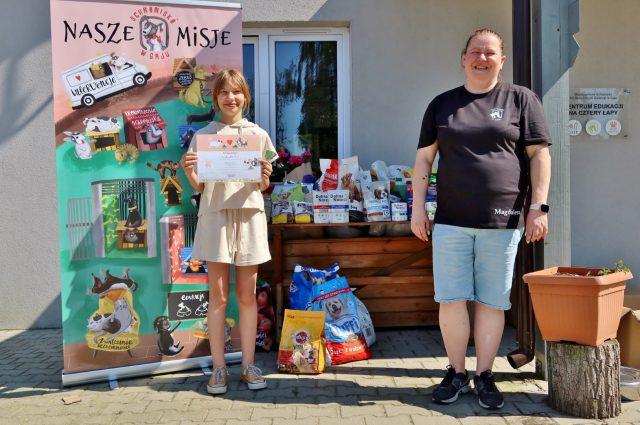Pamiątkowe zdjęcie Konstancji Maćkowiak (z lewej) z pracowniczką schroniska i jednocześnie opiekunką kotów Magdaleną Pękalą (z prawej)